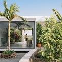 """<p> <span style=""""color:rgb(0,0,0);"""">Kiến trúc sư của dự án chia sẻ chủ nhà là người thích những trải nghiệm thô mộc, dân dã hơn là những thứ sang trọng, xa xỉ. Sở thích này vận vào ngôi nhà của họ, bằng chứng là nhà được bao quanh bởi cây xanh tươi tốt, hoa lá bốn mùa và những bức bình phong bằng tre.</span></p>"""