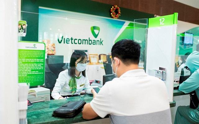 Nhiều ngân hàng tăng lãi suất huy động trong quý II, song song với lãi suất liên ngân hàng đã tăng và thiết lập mặt bằng giá mới (ảnh: Giao dịch tại Vietcombank)