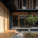 """<p class=""""Normal""""> Các không gian ở tầng trệt được nâng lên, cùng với kết cấu hình vỏ ốc, ngôi nhà có khả năng chống ngập.</p>"""