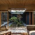 """<p class=""""Normal""""> Ngôi nhà được thiết kế đậm chất truyền thống, mang nhiều đặc trưng của phố cổ Hội An. Những chiếc ghế, từng chiếc rèm hay mọi ô cửa đều phảng phất màu cổ kính. </p>"""