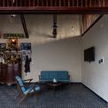 <p> Do khu đất có bề ngang hẹp, lại dành một phần lớn diện tích làm sân nên phần còn lại được bố trí khá đơn giản. Phòng khách, khu vực thờ cúng nằm trên một mặt ngang, cũng là khu trung tâm của căn nhà.</p>