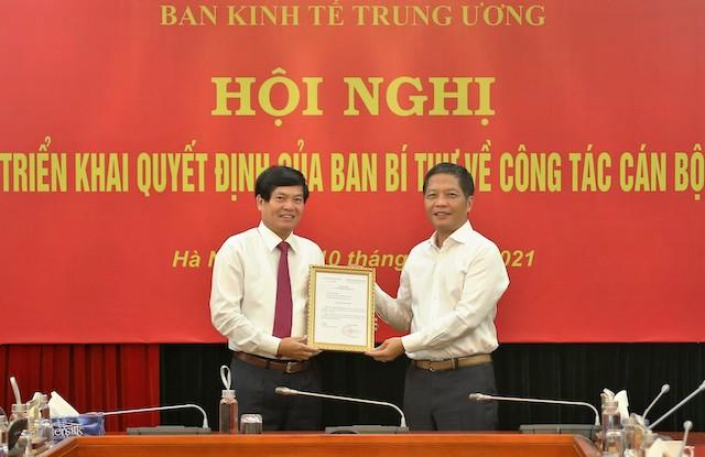Trưởng Ban Kinh tế Trung ương Trần Tuấn Anh trao quyết định cho tân Phó Ban Đỗ Ngọc An.