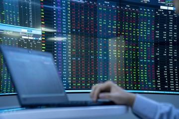 Sắc đỏ áp đảo nhóm vốn hóa lớn, VN-Index giảm hơn 9 điểm