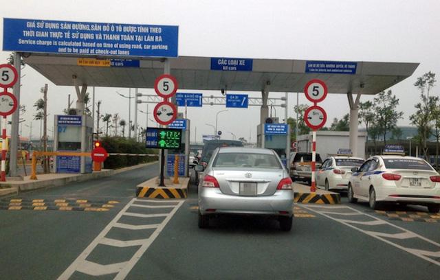 Xe ôtô ra, vào sân bay vẫn phải nộp phí, kể cả dưới 10 phút. Ảnh: VOV.