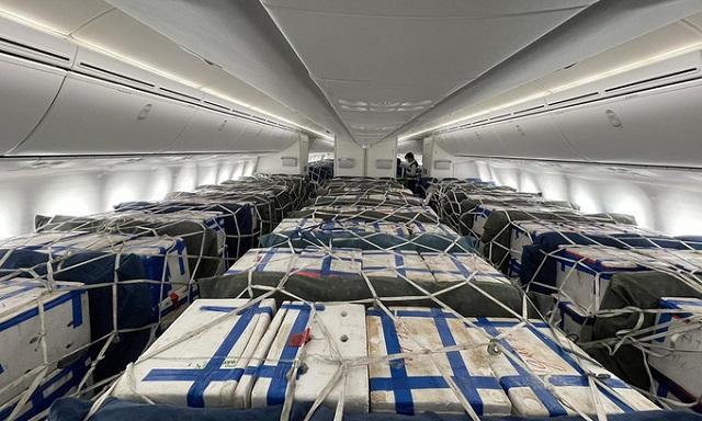 Vải thiều được vận chuyển trong khoang khách máy bay Boeing 787-9. Ảnh: VNA