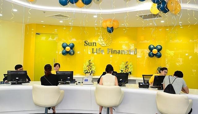 Nhân viên công ty bảo hiểm tư vấn cho khách hàng giai đoạn chưa giãn cách xã hội. Ảnh: Sun Life.