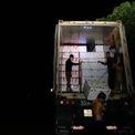 <p> Công nhân bốc vác xuyên đêm để vải được chuyển đi đúng giờ.</p>
