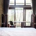 <p> Phòng ngủ được bố trí sau cùng, hướng ra khu đất trống, do đó có thể đón được ánh sáng tự nhiên.</p>