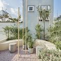 <p> Toàn bộ nội thất và không gian đều lấy cảm hứng từ tổ chim, đường cong, cành cây, chim trên cành hay chỉ đơn giản là một chấm tròn nhỏ. Tất cả tạo nên một tổ chim giữa lòng thành phố.</p>