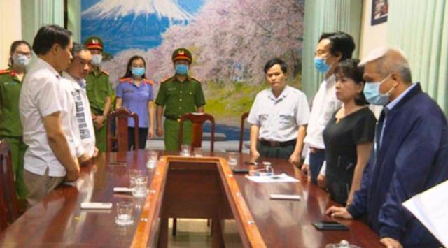 Công an đọc lệnh bắt giam ông Doãn Hữu Long cùng thuộc cấp.