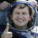 """<p class=""""Normal""""> <strong>Các tỷ phú từng bay vào vũ trụ</strong></p> <p class=""""Normal""""> <strong>Charles Simonyi</strong></p> <p class=""""Normal""""> Thời gian: Tháng 4/2007 và tháng 3/2009</p> <p class=""""Normal""""> Địa điểm: Trạm Vũ trụ Quốc tế (ISS)</p> <p class=""""Normal""""> Phương tiện: Tàu Soyuz của Nga</p> <p class=""""Normal""""> Charles Simonyi, người đã xây dựng các phiên bản đầu tiên của bộ phần mềm Microsoft Office, là tỷ phú đầu tiên và hiện cũng là người duy nhất từng hai lần thực hiện chuyến bay vào không gian.</p> <p class=""""Normal""""> Nhà phát triển phần mềm gốc Hungary gia nhập Microsoft với tư cách là nhân viên thứ 40 vào năm 1981 và làm việc tại đây cho đến năm 2002. Năm năm sau, năm 2017, ông lại một lần nữa làm việc cho Microsoft khi tập đoàn này mua lại công ty Intentional Software do ông thành lập.</p> <p class=""""Normal""""> Trong quãng thời gian 2002-2017, Simonyi đã thực hiện hai chuyến bay lên trạm Trạm Vũ trụ Quốc tế thông qua công ty du lịch vũ trụ Space Adventures, với mức phí 60 triệu USD. Trong một cuộc phỏng vấn năm 2015 với <em>Forbes,</em> ông đã chia sẻ về trải nghiệm của mình: """"Cứ sau mỗi 90 phút, bạn lại thấy mùa xuân, mùa thu, bạn thấy Bắc cực, thấy vùng nhiệt đới, bạn thấy đêm, rồi thấy ngày"""".</p>"""