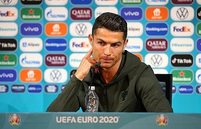 Bàn họp báo của Ronaldo còn chai nước lọc sau khi đẩy 2 chai Coca-Cola khỏi tầm nhìn. Ảnh: UEFA.