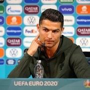 Hàng triệu người xem video Ronaldo từ chối uống Coca-Cola