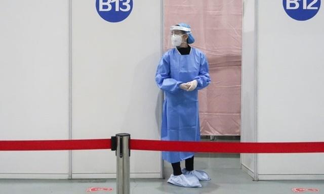 Nhân viên y tế tại một điểm tiêm chủng Covid-19 ở thủ đô Bắc Kinh, Trung Quốc, ngày 15/4. Ảnh: Reuters.
