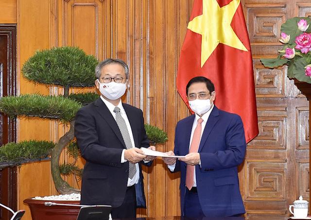 Đại sứ Nhật Bản chuyển thông điệp của Thủ tướng Nhật Bản Suga Yoshihide gửi Thủ tướng Chính phủ Phạm Minh Chính về việc Chính phủ Nhật Bản quyết định hỗ trợ Việt Nam 1 triệu liều vaccine để phòng chống COVID-19.