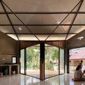 <p> Để hài hoà thói quen sinh hoạt của chủ nhà và nếp sống hiện đại, kiến trúc sư đã quyết định thay vì phân chia nhà thành nhiều chức năng, họ bố trí một không gian đa chức năng rộng bao gồm phòng khách, nhà bếp và phòng ăn, giống như kiểu nhà sàn truyền thống.</p>
