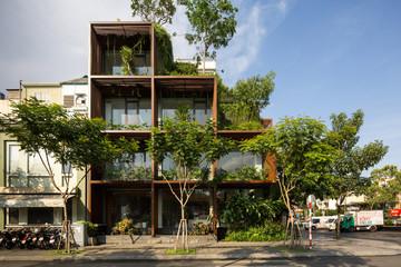 Tòa nhà được phủ kín bởi khung gỗ và cây xanh rợp mát