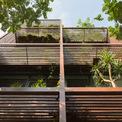 <p> Một tập hợp các thanh gỗ tạo thành hình khối để che nắng hiệu quả chống lại ánh sáng ban ngày theo đường chéo vào tòa nhà.</p>