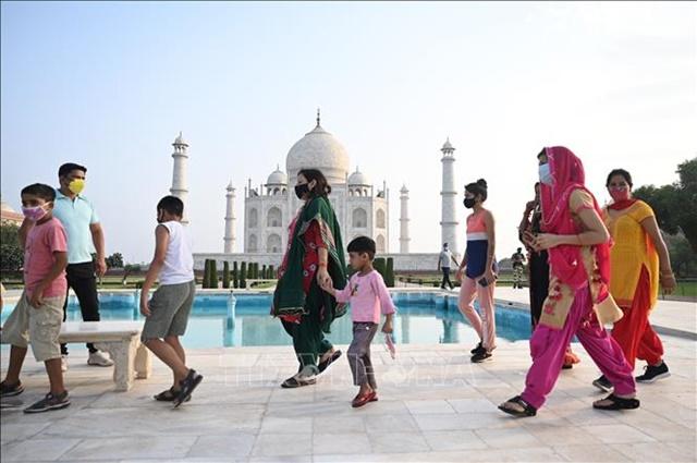 Du khách tham quan đền Taj Mahal ở Agra, Ấn Độ ngày 16/6/2021. Ảnh: AFP/TTXVN