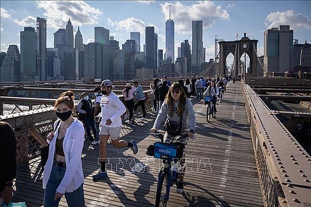 Người dân tập trung trên cầu Brooklyn ở New York, Mỹ ngày 25/4/2021. Ảnh: AFP/TTXVN
