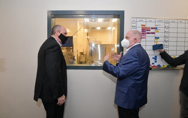 Thống đốc bang Maryland Larry Hogan (bên phải) đi thăm nhà máy vào tháng 2 trước khi các vấn đề sản xuất vaccine được đưa ra ánh sáng. Ảnh: Joe Andrucyk.