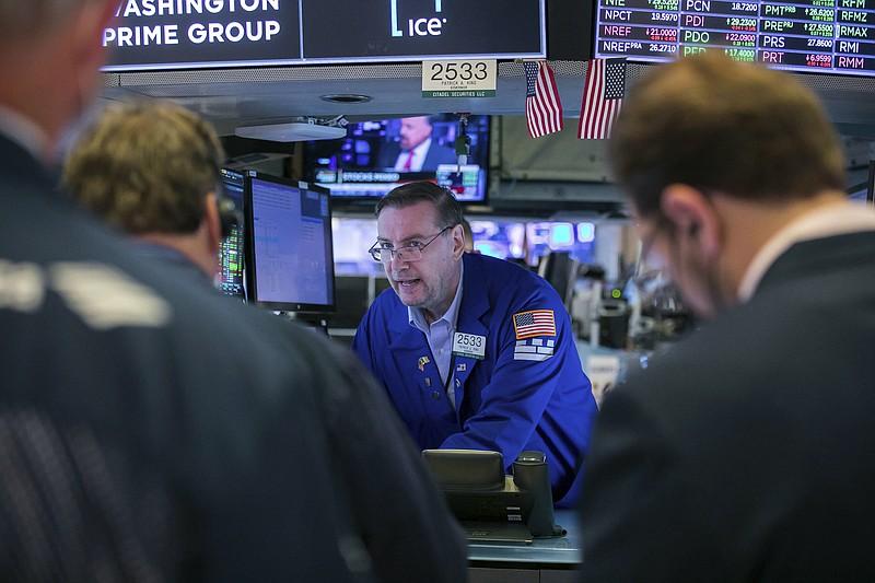 Fed có thể tăng lãi suất từ năm 2023, Phố Wall giảm