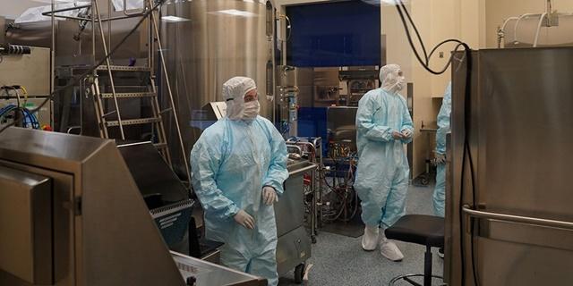 Sản xuất vaccine trong nhà máy. Ảnh: Washington Post.