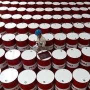 Tồn kho tại Mỹ giảm, giá dầu tăng, tiến sát mốc 75 USD/thùng