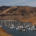 """<p class=""""Normal""""> Nhiều vùng rộng lớn ở Bờ Tây Mỹ đang trải qua đợt hạn hán tệ nhất tại khu vực trong ít nhất 20 năm và chưa có dấu hiệu kết thúc.</p> <p class=""""Normal""""> Trong ảnh, nhà thuyền neo trong mực nước thấp tại Hồ Oroville, gần thành phố Oroville, bang California. Đây là hồ chứa nước lớn thứ hai ở bang và mực nước hiện chỉ tương đương 35% sức chứa tối đa – theo báo cáo từ Cơ quan Tài nguyên nước California. Ảnh: <em>Reuters.</em></p>"""