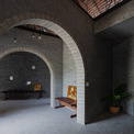 <p> Toàn bộ không gian nội thất được chia thành 3 khu kết nối với nhau bằng lối đi hình vòm cuốn trang trọng, mềm mại nằm ở lõi bên trong giao thoa giữa các khối hình ngẫu nhiên và mạnh mẽ.</p>