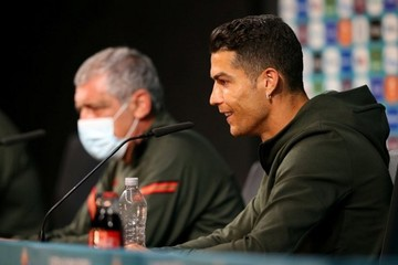 UEFA dọa phạt các cầu thủ nếu học theo Ronaldo