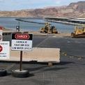 """<p class=""""Normal""""> Biển báo khu vực hạ thủy tàu thuyền tại Đập Hoover đóng cửa vì mực nước thấp do hạn hán ngày 9/6.<span>Ảnh:</span><em>Reuters.</em></p>"""