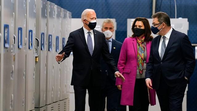 Tổng thống Joe Biden tới thăm cơ sở sản xuất của Pfizer tại Kalamazoo. Ảnh: Reuters.