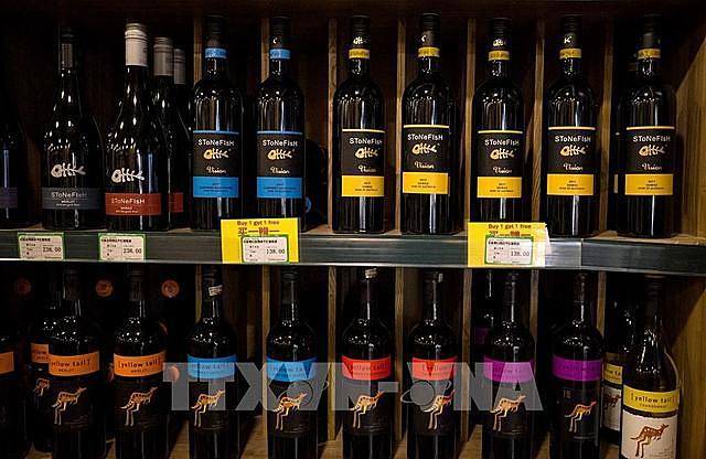 Rượu vang Australia được bày bán tại một cửa hàng ở Bắc Kinh, Trung Quốc, ngày 18/8/2020. Ảnh: AFP/ TTXVN