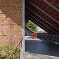 """<p class=""""Normal""""> Trên mái, nhóm thiết kế bố trí một ô trống lớn giúp các căn phòng phía trong đón được ánh sáng mặt trời. Phía dưới mái ngói cũng trở thành nơi thư giãn cho các thành viên trong nhà.</p>"""