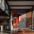 <p> Cầu thang xoắn được sơn màu đỏ, tạo điểm nhấn cho không gian. Với cầu thang ở ngoài nhà, các thành viên có thể di chuyển từ tầng 2, 3 xuống hồ bơi và ngược lại mà không cần đi qua phòng khách, bếp - phòng ăn.</p>
