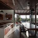 <p> Bếp và phòng ăn nhìn thẳng ra hồi bơi. Nhờ lợi thế của khu đất là rộng và thoáng, ánh sáng mặt trời có thể chiếu xuyên qua các phòng.</p>