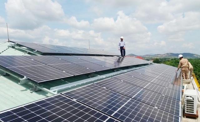 Điện mặt trời vẫn chờ chính sách về giá. Ảnh: Báo Nhân Dân.
