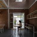 <p> Phần hoàn thiện gồm nền, sàn, thang, vách ngăn, đồ nội thất được thiết kế với tiêu chí đơn giản, thô mộc. Trong nhà, kiến trúc sư thiết kế không gian mở với nhiều khoảng trống.</p>