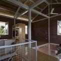 <p> Kiến trúc sư cũng bố trí một tấm lưới thư giãn để làm chỗ chơi cũng như hỗ trợ lưu thông không khí và phân bổ ánh sáng cho căn nhà.</p>