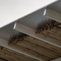 <p> Hệ mái che gồm tường và mái đều có 2 lớp. Cụ thể, tường gạch được bọc tôn bên ngoài, mái phủ lớp tôn xốp trên các thanh tre. Giữa 2 lớp vật liệu ở tường và mái là khoảng đệm không khí, vừa bảo vệ vừa làm mát căn nhà.Các tấm pin mặt trời trên mái nhà có thể tạo ra lượng điện gấp đôi so với mức cần thiết của một hộ gia đình thông thường. Lượng điện dư sẽ được lưu trữ hoặc mua bán. Phía trên mái có hệ thống phun nước làm sạch và làm mát mái trong những ngày hè nắng nóng. Việc tái sử dụng nước sinh hoạt cũng được quan tâm đặc biệt.</p>