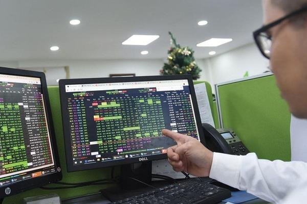 Nhiều cổ phiếu ngân hàng tăng mạnh, VN-Index lên hơn 10 điểm