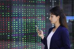 VN-Index không ngừng tăng, nhiều cổ phiếu đua nhau lập đỉnh