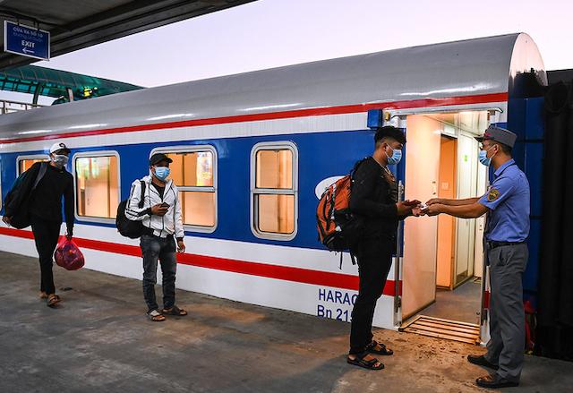 Hành khách đi tàu Thống Nhất tại ga Hà Nội tháng 6/2021.