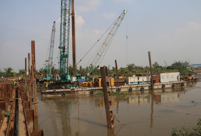 Đắp đập ngăn mặn trên kênh Nguyễn Tấn Thành ở Tiền Giang. Ảnh: TTXVN.