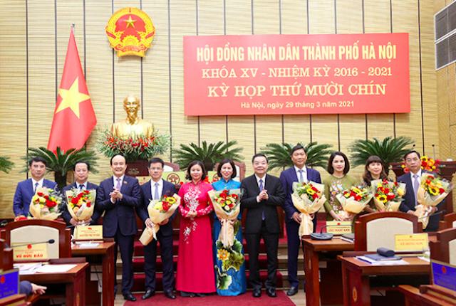 Lãnh đạo thành phố Hà Nội tặng hoa chúc mừng các đồng chí được kiện toàn và miễn nhiệm Ủy viên UBND TP tại Kỳ họp thứ mười chín Hội đồng Nhân dân thành phố Hà Nội khoá XV, nhiệm kỳ 2016-2021
