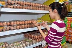 Nguồn cung thiếu hụt, giá trứng gia cầm tăng mạnh trở lại