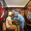 """<p class=""""Normal""""> Một phụ nữ được tiêm vaccine Covid-19 tại một điểm tiêm chủng tạm thời trong một phòng thu TikTok, trung tâm mua sắm MEGA Park, Almaty, Kazakhstan, ngày 23/6.</p>"""