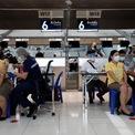"""<p class=""""Normal""""> Tiêm chủng tại sân bay Suvarnabhumi, Bangkok, Thái Lan, ngày 28/4.</p>"""