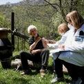 """<p class=""""Normal""""> Một người đàn ông được tiêm vaccine ngay cạnh nồi nấu rượu tại làng hẻo lánh trên núi Ljevista, Kolasin, Montenegro, ngày 10/5.</p>"""
